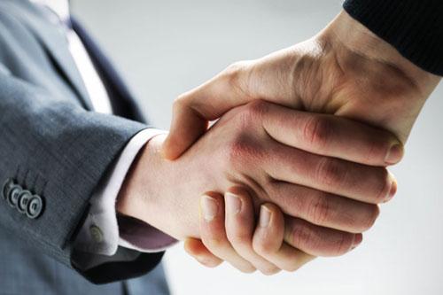 Image d'une poignée de main symbole d'un accord emploi ou formation