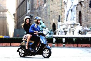Image de deux amoureux sur un scooter italien de type Vespa