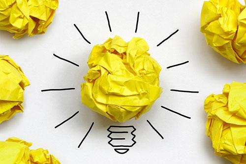 Ampoule constituée de papier froissé symbolisant le travail sur soi