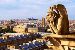 Image d'un gargouille surplombant la ville de Paris