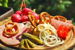 Image d'un plat gastronomique allemand typique avec les bretzels et la charcuterie