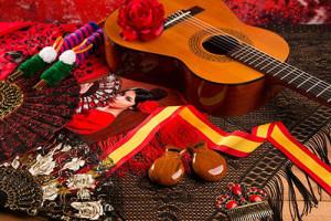 Image d'une guitare, de maracas et d'autres ustensiles typiques de la culture espagnole