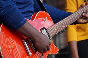 Image d'un guitariste avec une guitare de type Les Paul