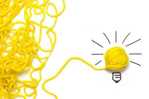 pelotte de laine formant une ampoule allégorie de la réflexion du chef d'entreprise pour mener à bien son idée