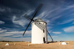 Photo d'un moulin à vent illustrant les aventures de Don Quichotte