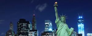 New york de nuit avec la statue de la liberté