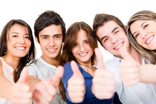 Image illustrant le soutien scolaire avec un groupe de jeunes dynamiques et motivés