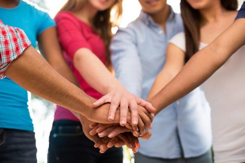 Image de personnes se donnant la main symbole de solidarité des structures d'accueil